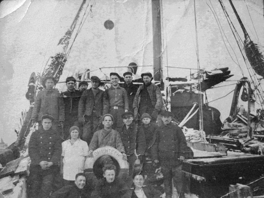 Траулер «Коминтерн». Баренцево море. На оборотной стороне снимка надпись: «Команда Траулера РТ19 Коминтерн. Полиэктов И. И. 13 марта 1934 г.». Из личного архива А.М. Лазутина