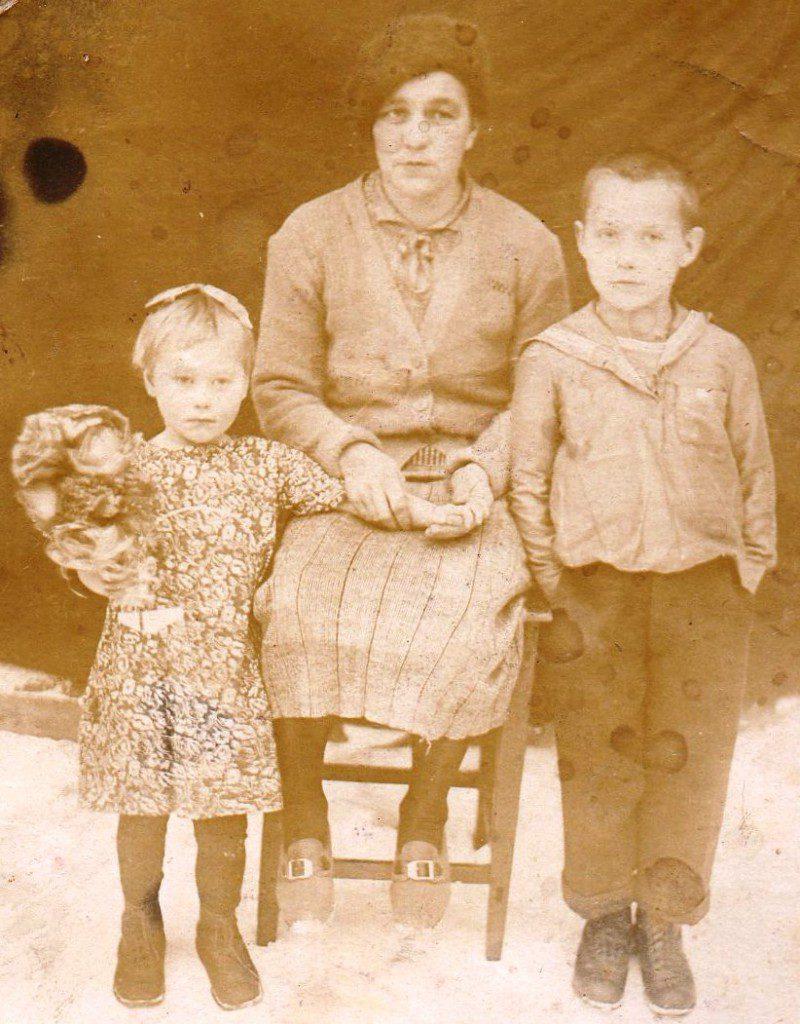 Л. Е. Кубасова с мамой и братом Иваном