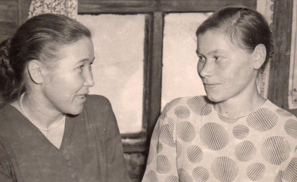 На свадьбе в доме А. Дементьева. Л. Е. Кубасова справа