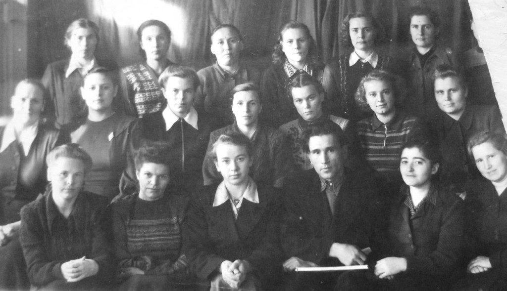 Коллектив учителей школы № 1 (А. К. Молодцова А.К. слева третья в верхнем ряду)