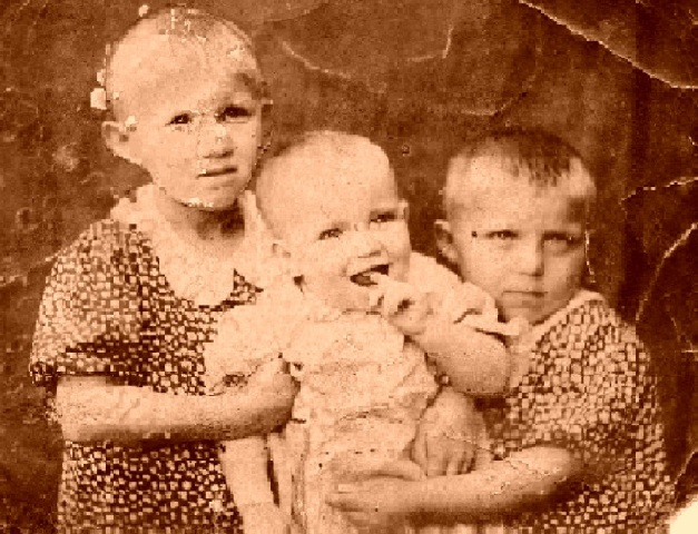 Дети войны. Сестры Валя, Галя и Надя Шкеневы. 1943 г.