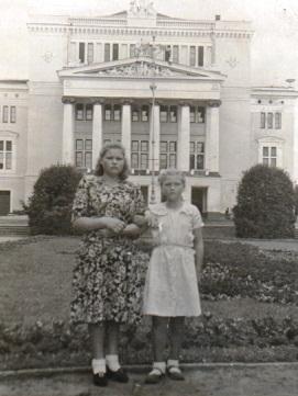 Н. Орлова с сестрой Евгенией. 5 класс. Рига. 1951 г.