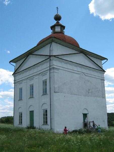 Церковь в деревне Тимониха, за восстановление которой очень ратовал Василий Белов. Фото О. Степановой