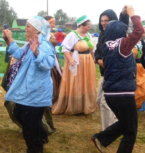 Проливной дождь не помеха! На празднике в селе Сухом. 10 августа 2014 г. Фото С. Кошкиной