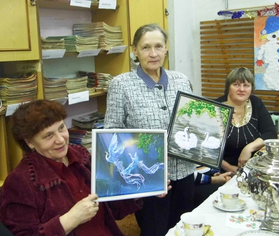 Надежда Алесандровна показывает свои новые работы. Фото В. Ивановой