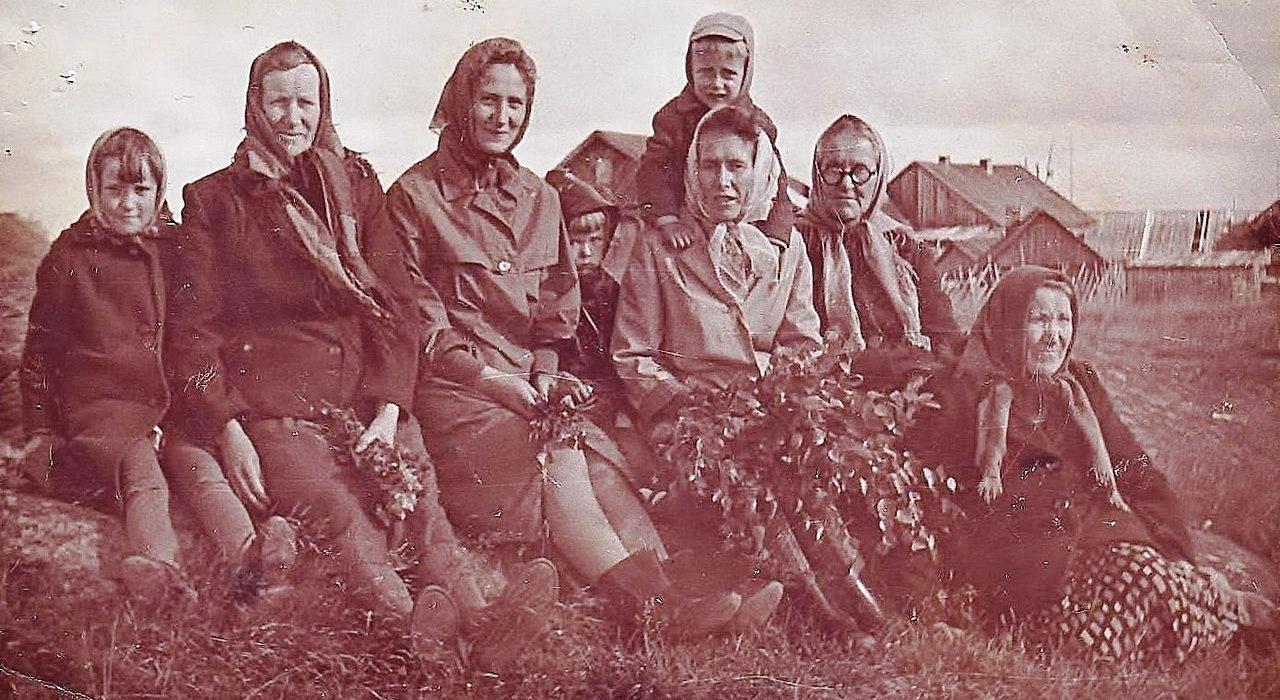 """Жители с. Сухого. Из личного архива Е. Кулиевой. Опубликовано в книге С. Кошкиной """"Сухое"""""""