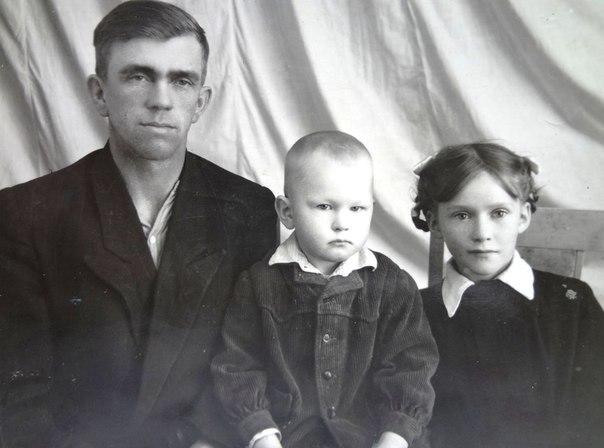 Ухов Трифон Петрович с дочерью Таней и сыном Колей, 1958 г.