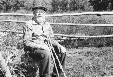 90-летний Иван Михайлович Максимов на берегу озера