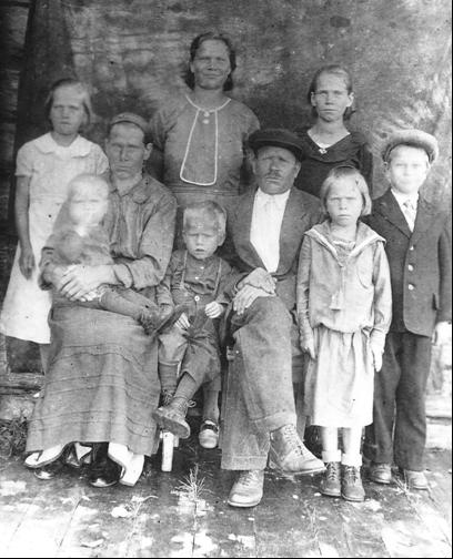Иван Михайлович Максимов с женой и детьми. Август 1938 г.