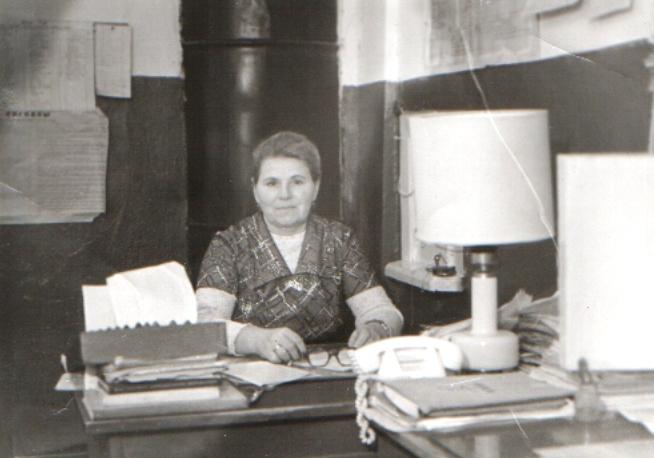 Н. Г. Полякова на рабочем месте (товарная касса). 1985 г.