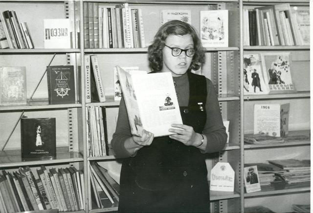 Г.Т. Пиганова ведет занятие в клубе Почемучек в районной детской библиотеке города Беломорска. 1973 г