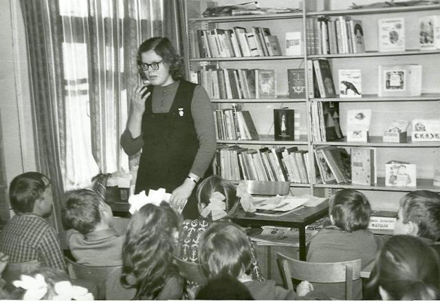 Г.Т. Пиганова ведет занятие в клубе Почемучек в районной детской библиотеке города Беломорска. 1973 г.