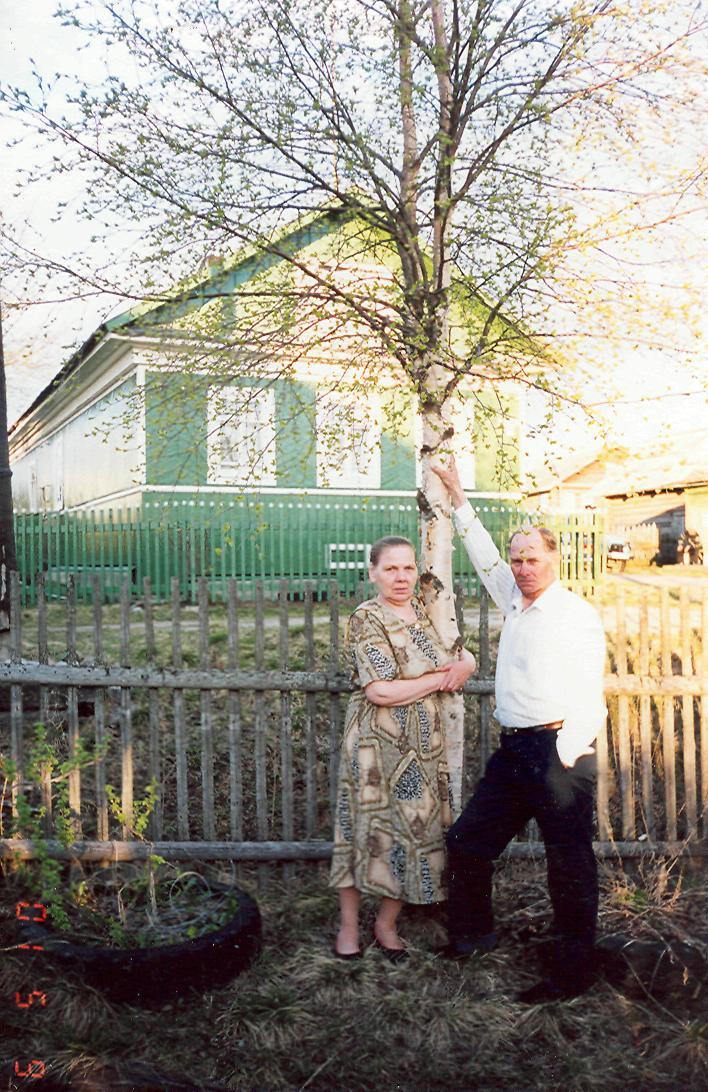 Людмила Васильевна и Леонид Георгиевич Марковы возле своего дома в Лапино