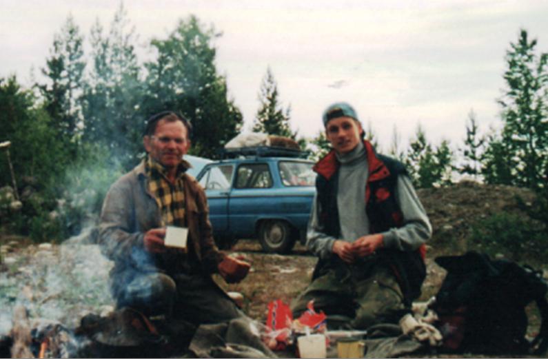 Николай Иванович Кривотулов с внуком Романом на рыбалке 2000 г.
