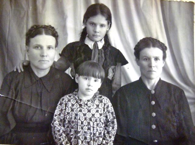 Мать Тани - Попова К.Ф. (слева), с дочерьми Таней (маленькая), Галей и сестрой Марией. Середина 50-х гг. ХХ в.