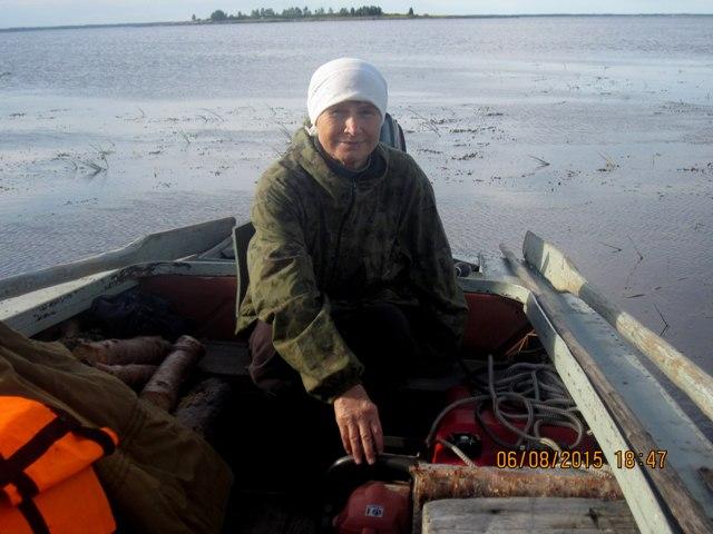 Татьяна Агафоновна, правя мо- торной лодкой, выходит в море: за ягодами, грибами, рыбой