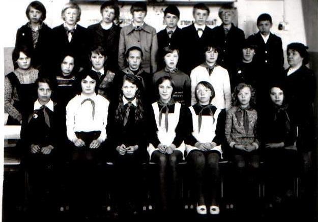 В.И. Тупицына с учащимися выпуска 1979 года. Фото из школьного музея