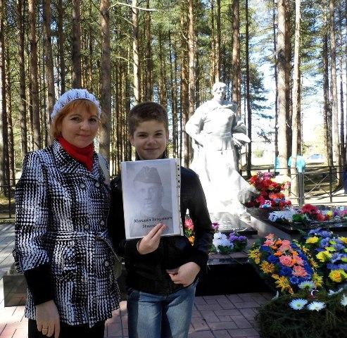 Вера Иванова с внуком Вадимом. Поселок Летнереченский