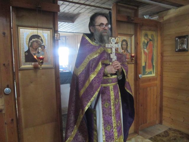 Отец Виктор во время службы