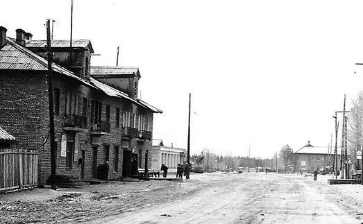 В этом здании с 1980 по 2001 год находились почта и телеграф (с торца). Поселок Летнереченский Беломорского района