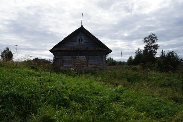 Встречаются дома, в которых никто не живет. Шуерецкое. 10 августа 2016 г. Фото С. Кошкиной