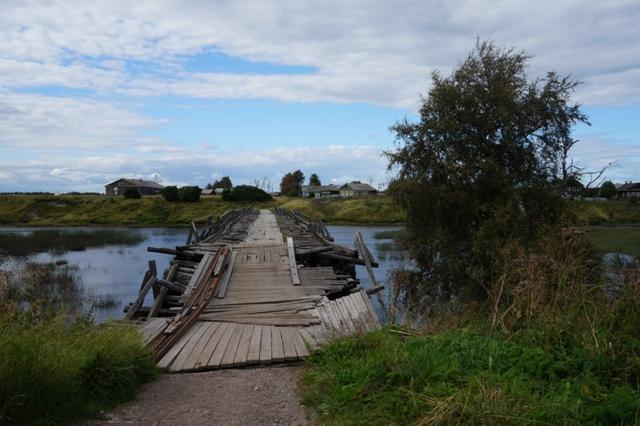 Состояние моста в селе, конечно, нас очень расстроило. Шуерецкое. 10 августа 2016 г. Фото С. Кошкиной