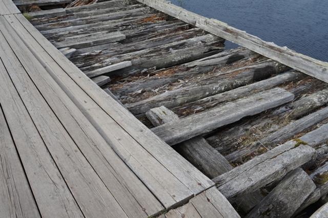 По мосту нужно идти очень аккуратно. Шуерецкое. 10 августа 2016 г. Фото С. Кошкиной
