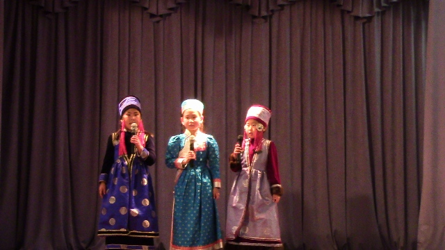 9. Остров Ольхон, сельский Дом культуры, девочки исполняют песню на бурятском языке