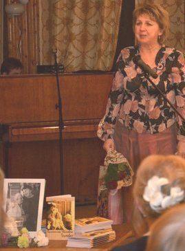 Татьяна Пудова выступает на вечере памяти своей мамы, Валентины Ивановны Трухавой, который состоялся 12 декабря 2012 г. в малом зале районного Дома культуры г. Беломорска.