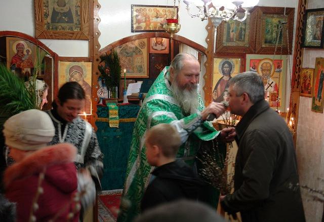 Отец Сергий в Никольском храме г. Беломорска. Вербное воскресение. 2014 г. Фото Виктора Дрягуева